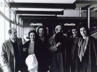 Pietro e Angela Fedeli, Teresita e Lucio Fontana, Emilio Scanavino, Milena Milani, all'aeroporto di Malpensa in partenza per New York, 1961, Foto Archivio Scanavino| Pietro and Angela Fedeli, Teresita and Lucio Fontana, Emilio Scanavino, Milena Milani, at the Malpensa airport leaving for New York, 1961, Photo Archivio Scanavino