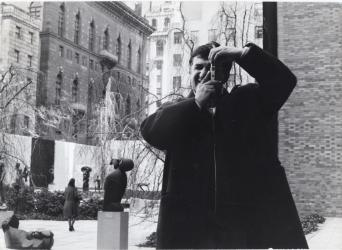 Emilio Scanavino al MoMA Museum of Modern Art, New York, 1961, Foto Archivio Scanavino | Emilio Scanavino, MoMA Museum of Modern Art, New York, 1961, Photo Archivio Scanavino