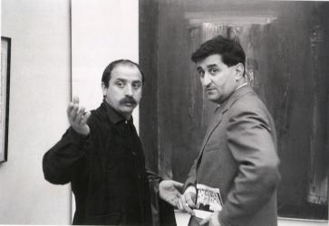 César e Scanavino di fronte all'opera All'origine del 1957 nella sala personale di Scanavino alla Biennale di Venezia, 1958, Fotografia di Ugo Mulas | César and Scanavino in front of All'origine (At the Origin), 1957 in Scanavino's personal room at the Venice Biennale, 1958, Photo Ugo Mulas